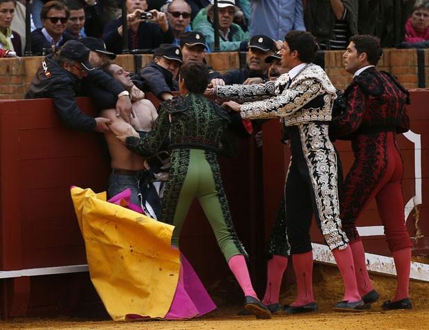 Invasor acabou dominado pelos toureiros antes de ser preso pela polícia (Foto: Marcelo del Pozo/Reuters)