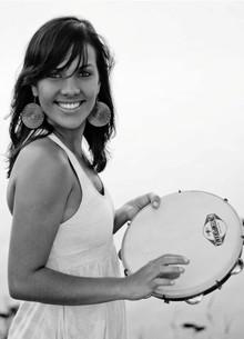 Ju Moraes aprendeu pandeiro quando tinha 24 anos (Foto: Reprodução/Arquivo Pessoal)