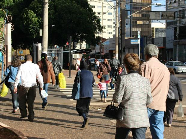 População enfrenta o frio na tarde desta segunda-feira (26) (Foto: Glaucea Vaccari/G1 MS)