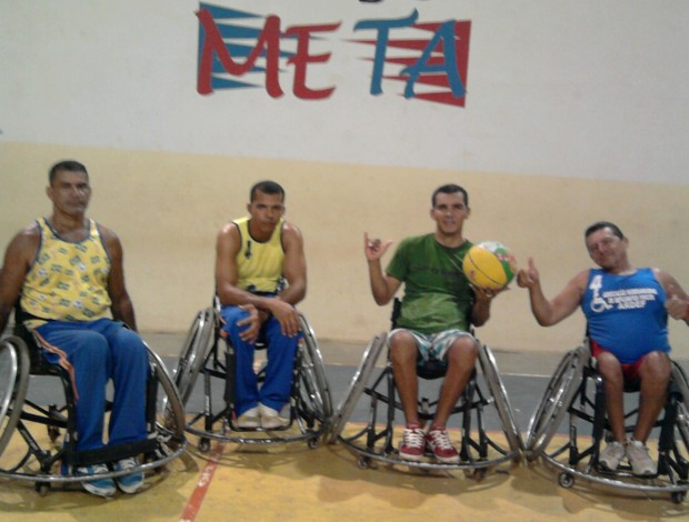 Integrantes da equipe de basquete de cadeira de rodas durante treinamento na quadra do colégio Meta. (Foto: FABC/cedida)