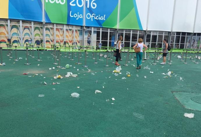 Vento forte no Parque Olímpico espalha lixo - Ventania na Barra da Tijuca (Foto: Felippe Costa)