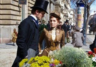 Robert Pattinson e Kristin Scott Thomas em cena de 'Bel Ami - O sedutor' (Foto: Divulga&#231;&#227;o/Columbia Pictures)