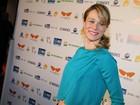 Mariana Ximenes deixa parte da barriga à mostra em première