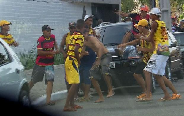 Briga entre torcedores do Sport e do Santa Cruz (Foto: Reprodução / TV Globo)