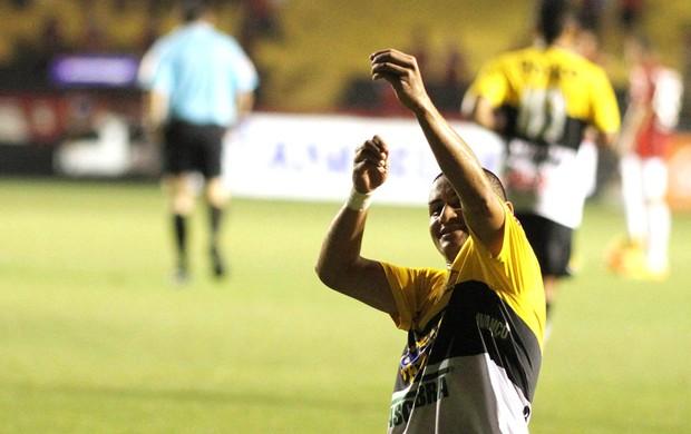 Wellington Paulista comemora gol do Criciuma contra o Atlético-PR (Foto: Fernando Ribeiro / Futura Press)