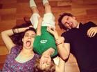 Murilo Rosa e Fernanda Tavares posam fazendo careta com o filho