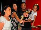 Scheila Carvalho comemora aniversário com o marido e a filha
