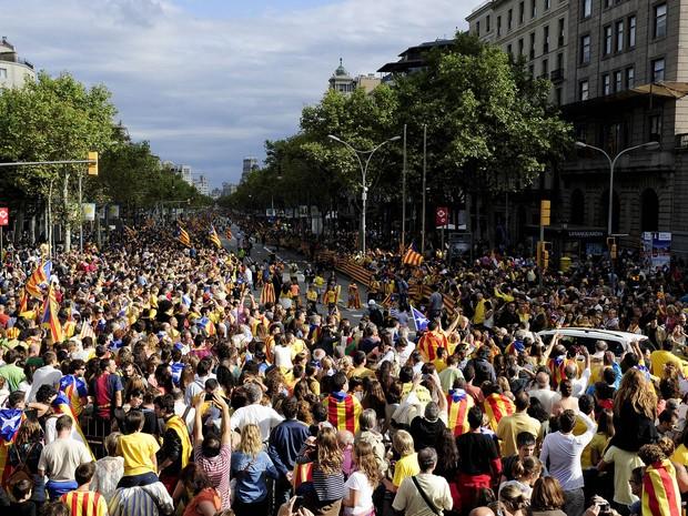 Catalães se reunem em uma tentativa de criar uma corrente humana, parte de uma campanha pela independência no Dia Nacional da Catalunha, no Passeig de Gracia, em Barcelona. (Foto: Josep Lago/AP)