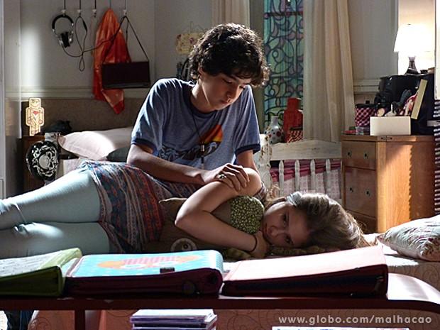 Clara desabafa com Guilherme, que consola a amiga (Foto: Malhação / TV Globo)