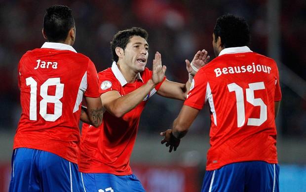 Gonzalo Jara, Jose Rojas e Jean Beausejour gol Chile x Uruguai (Foto: Reuters)