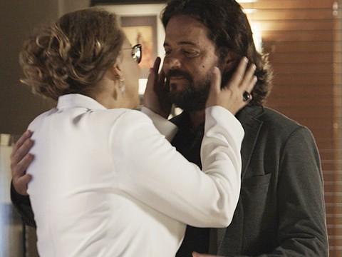 Emília recebe Bernardo na Beraldini (Foto: TV Globo)