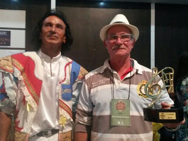 Jairo Madruga e Fábio Smith ganharam o 1º lugar com a canção 'No céu também tem forró' no Forró Fest 2014, na Paraíba (Foto: Krystine Carneiro / G1)
