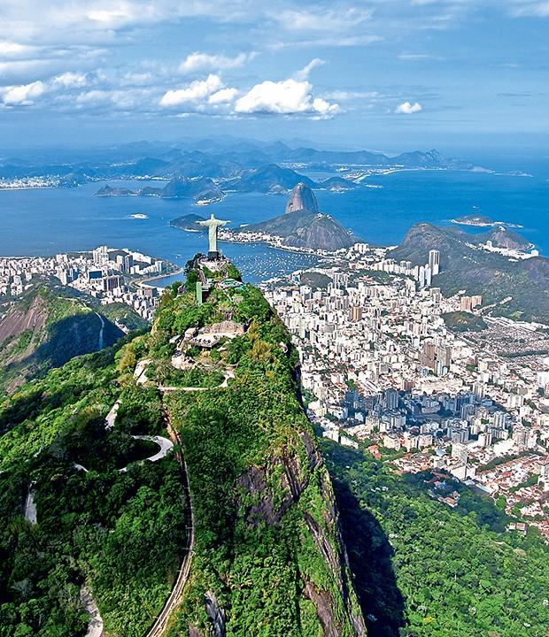O visual mais fotogênico da cidade maravilhosa, como Cristo Redentor sobre o Corcovado e a Baía de Guanabara ao fundo (Foto: ThinkStock)