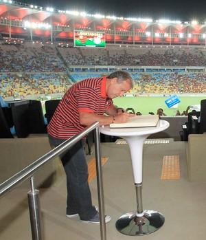 Zico assina livro de ouro Maracanã (Foto: Marcio Mercante / Agência Estado)