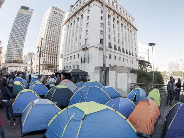 Manifestantes permaneciam em frente à Prefeitura na manhã desta segunda (Foto: Rodrigo Dionisio/Frame/Estadão Conteúdo)