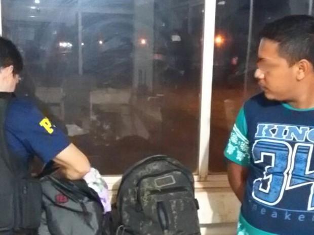 Foram encontrados quatro gramas de cocaína e 100 gramas de crack com passageiro de ônibus (Foto: Divulgação/PRF)