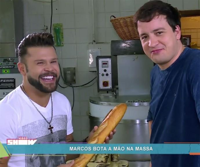 Marcos faz pão com Rafael Cortez no Vídeo Show (Foto: Vídeo Show / Gshow)