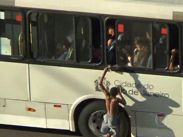 Menino pega celular de passageira de ônibus (Foto: Reprodução/ TV Globo)