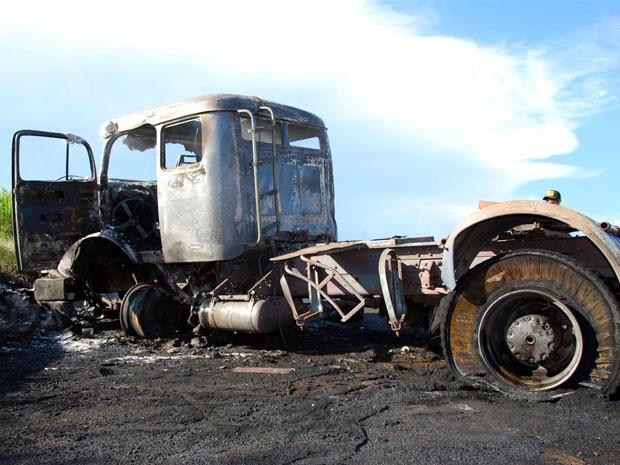 Caminhão pegou fogo após acidente em São Sebastião do Paraíso (Foto: Marcelo Morais)