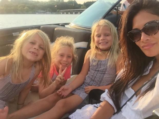 Nicole Scherzinger e as sobrinhas (Foto: Reprodução/Instagram)