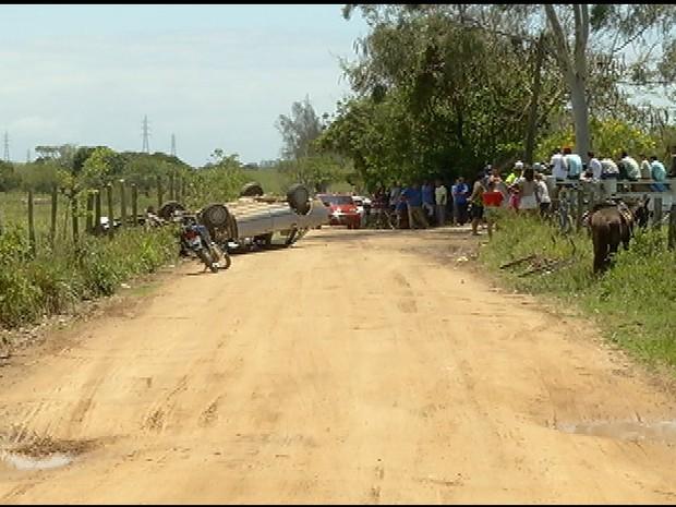 Adolescente de 15 anos capota e morre em São Pedro da Aldeia (Foto: Reprodução / Inter TV)
