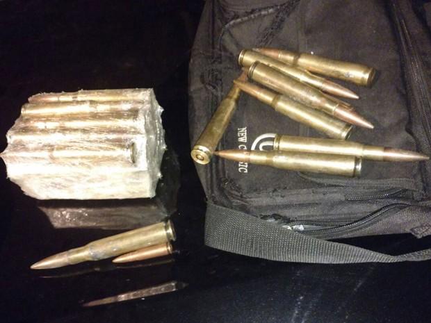 Polícia encontrou cartuchos de fuzil calibre ponto 50 (Foto: Reprodução/WhatsApp)