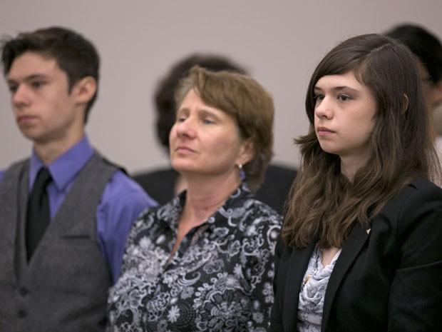 Nicole ao lado da mãe e do irmão durante audiência nesta quarta-feira (Foto: Robert F. Bukaty/AP)