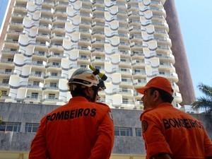 Bombeiros em frente ao hotel Saint Peter, em Brasília, que foi esvaziado após homem fazer funcionário refém (Foto: Raquel Morais/G1)