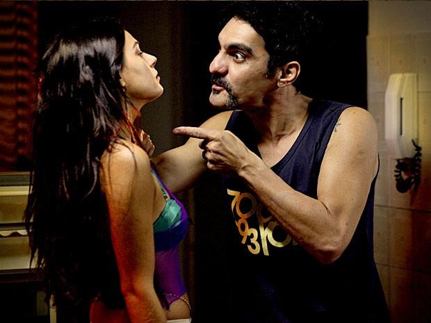 Ramón sequestra Suelen e ameaça revelar o segredo dela (Foto: Avenida Brasil / TV Globo)