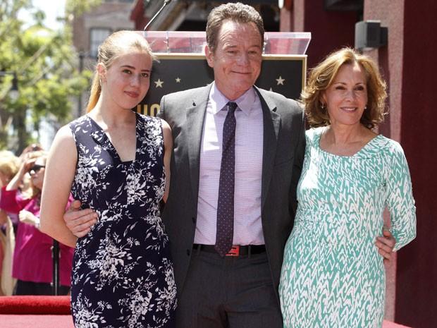 O ator Bryan Cranston posa ao lado da esposa, Robin (à direita), e da filha, Taylor, durante cerimônia em que ganhou uma estrela na Calçada da Fama de Hollywood (Foto: Fred Prouser/Reuters)