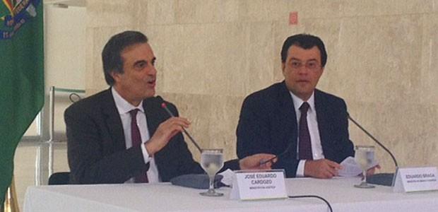 Os ministros José Eduardo Cardozo (Justiça) e Eduardo Braga (Minas e Energia) durante entrevista no Palácio do Planalto (Foto: Filipe Matoso / G1)