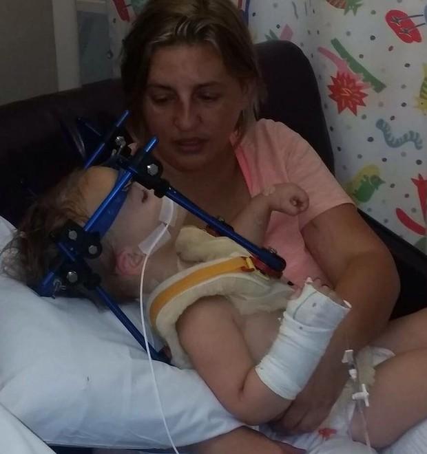 Angela cuidando de sua filha no hospital  (Foto: Reprodução)