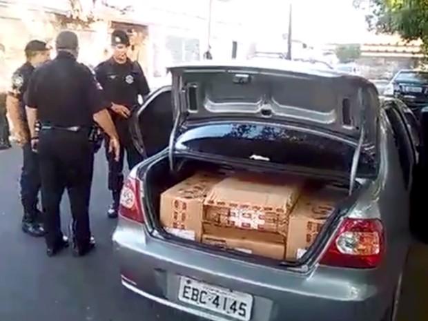 Foram encontradas dez caixas dentro do carro (Foto: Reprodução EPTV)