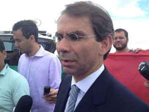 O advogado do ex-ministro José Dirceu, José Luiz de Oliveira Lima, ao deixar a Penitenciária da Papula, onde visitou o cliente (Foto: Luciana Amaral / G1)