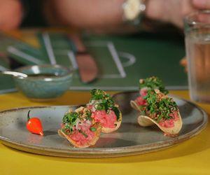 Chips de mandioca com 'carne de onça' e farofa de pão preto e pinhão