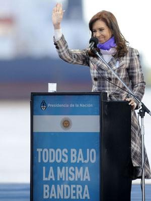 Cristina Kirchner acena em cerimônia do dia da bandeira, na sexta (20). (Foto: AFP PHOTO / NA)
