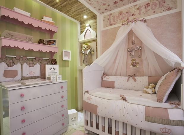 A cômoda, modelo Tutti-frutti, ganhou puxadores de rosas. Seguindo o estilo provençal, o berço escolhido para o quarto é o modelo Sophia. Ambos à venda na Grão de Gente (Foto: Divulgação)