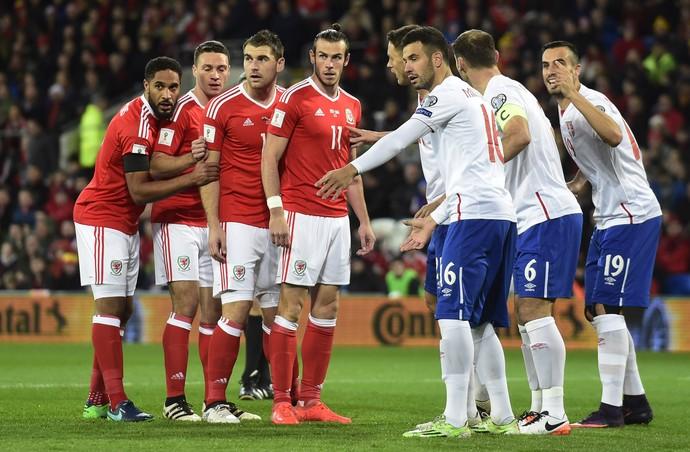 Ashley Williams, James Chester, Sam Vokes e Gareth Bale esperam cobrança de escanteio em País de Gales x Sérvia (Foto: Reuters / Rebecca Naden)