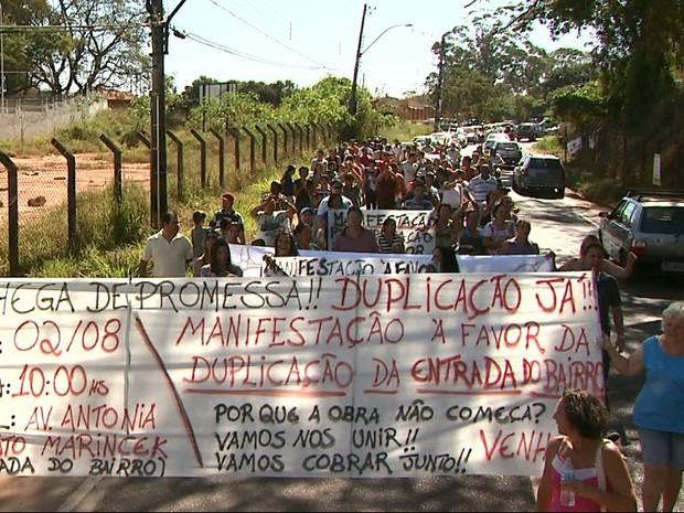 Moradores do bairro RIbeirão Verde percorreram a Avenida Antônia Mugnato Marincek durante protesto (Foto: Márcio Meirelles/EPTV)