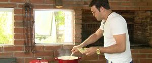 Padre Alessandro Campos ensina receita de canjiquinha que aprendeu com a avó (Reprodução / TV Diário)