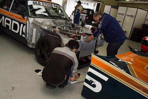 Muito trabalho no box da Dimep Racing (Foto: Divulgação/Humberto Silva)