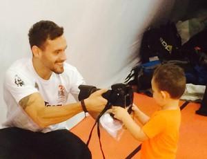 Douglas brinca com o filho Daniel (Foto: Guilherme Costa)