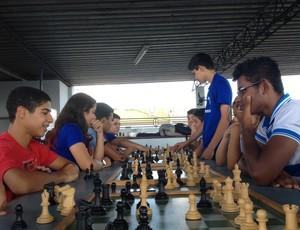 Estudantes praticam xadrez em escola de Porto Velho (Foto: Larissa Vieira)