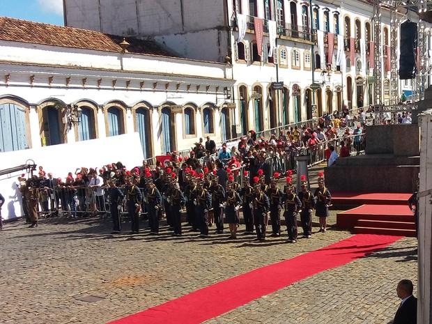 Guarda de Honra da Polícia Militar de Minas Gerais está posicionada para a entrega da Medalha da Inconfidência, em Ouro Preto (Foto: Alex Araújo/G1)
