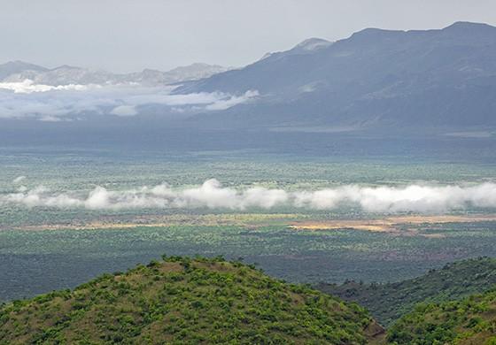 Montanhas e planícies formam a paisagem do vale do rio Omo, no sul da Etiópia  (Foto: © Haroldo Castro/ÉPOCA)