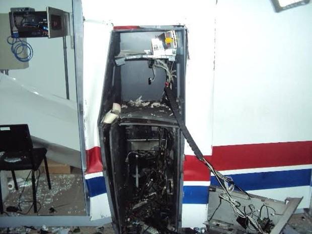 Caixa eletrônico ficou destruído após explosão em Campo Alegre (Foto: PMSC/Divulgação)