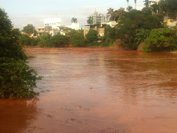 Lama com rejeitos de usina em Mariana (MG) toma conta de toda a água do Rio Doce. (Foto: Sávio Scarabelli/G1)