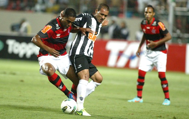 Pierre e Cleberson, Atlético-MG e Flamengo (Foto: Paulo Fonseca / Futura Press)