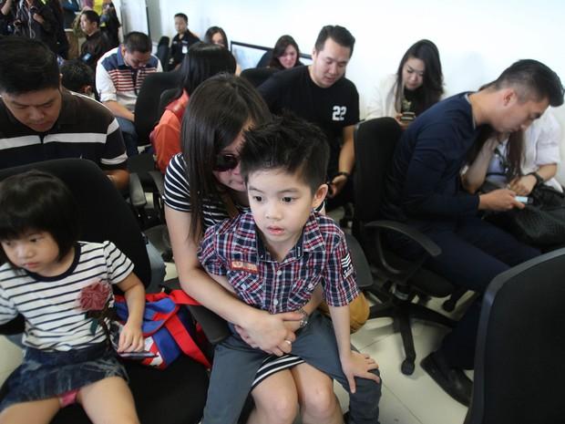 No centro de crise montado no Aeroporto Internacional Juanda, em Surabaya (Java Oriental), na Indonésia, parentes de passageiros do Airbus da AirAsia aguardam notícias sobre o avião desaparecido (Foto: Trisnadi/AP)