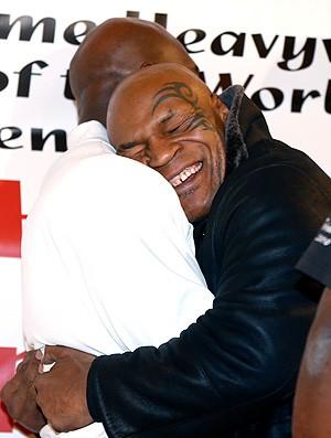 Mike Tyson e Holyfield se abraçam em evento (Foto: AP)